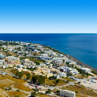 Uitzicht op de stad Kamari op Santorini