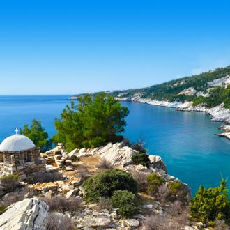 Een Griekse kapel en uitzicht op de Egeïsche Zee