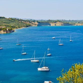 De Ionische zee met jachten in de baai van Laganas