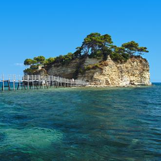Agios Sostis los eiland met azuurblauwe zee en brug