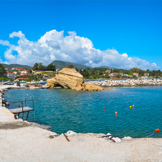 De haven van Laganas met grote rots