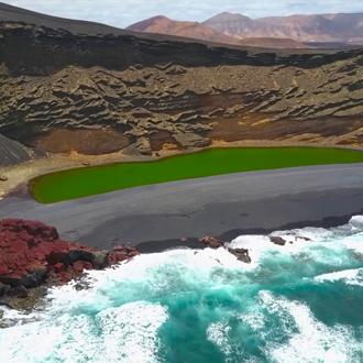 Groen Lagune aan de kust in Lanzarote op de Canarische eilanden.
