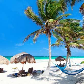 Hangmat aan een palmboom op het witte zandstrand bij Playa del Carmen in Mexico