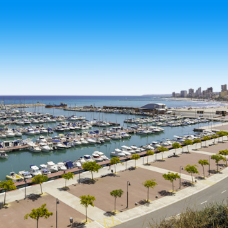 Boulevard en haven met boten in Alicante