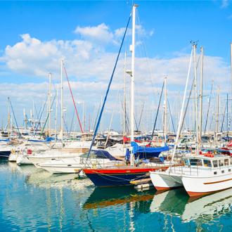 Haven van Larnaca met vissersbootjes in Cyprus