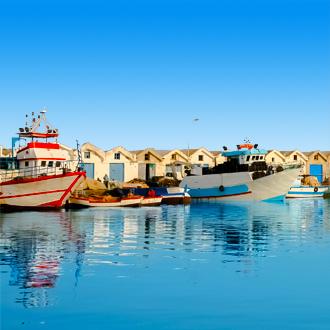 De haven van Mahdia met gekleurde vissersboten en huisjes