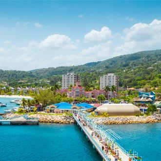 Ocho Rios, brug met blauwe zee en bergen in de verte