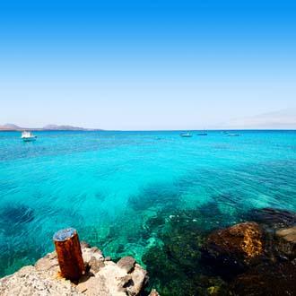Helderblauwe zee Costa Teguise, Lanzarote