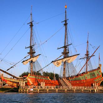 Het historische galjoen van Batavia bij zonsondergang in Lelystad Flevoland