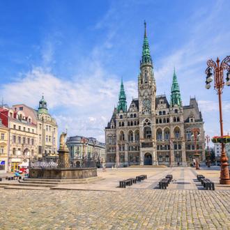 Het stadhuis en het centrale plein in Liberec, Tsjechie