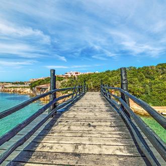 Houten brug op Porto Cervo, Sardinië
