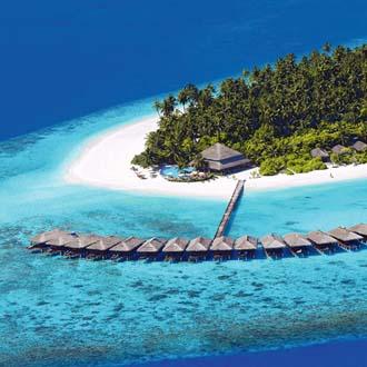 Hutjes in de mooie helderblauwe zee bij een eilandje op de Malediven