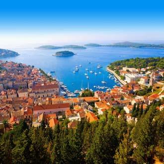 Het stadje Hvar met de mooie haven van de stad op de achtergrond