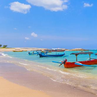 Traditionele vissersboten op het strand van Kuta vlakbij Seminyak in Indonesie
