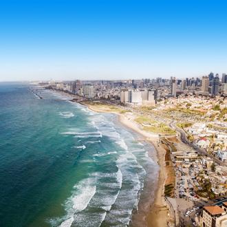 Uitzicht op de zee, het strand en de stad van Tel Aviv in Israel