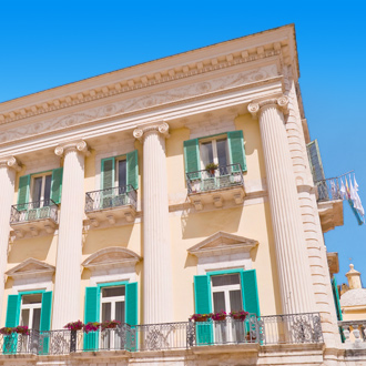 Uitzicht op Siciliano Palace in Giovinazzo, Italie