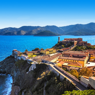 Een vuurtoren en fort op het Italiaanse eiland Elba