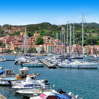 Uitzicht op vissersboten en gekleurde gebouwen in het dorp Rio Marina