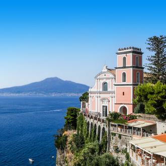 Kust van Campania met een gekleurd gebouw in Italie