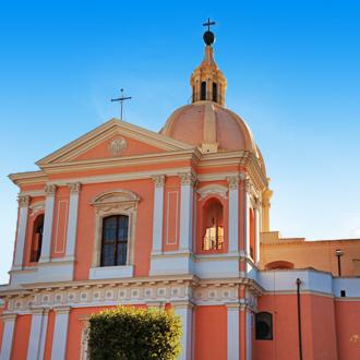 Een gekleurde kerk in Giovinazzo, Italie