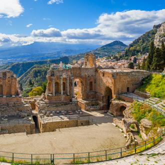 Teatro Antico, het Griekse Theater met uitzicht over de bergen