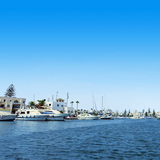 Luxe jachten in de zee bij Port el Kantaoui Tunesië