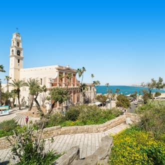 Gelovig gebouw met palmbomen aan de zee in Jaffa, Israel