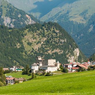 Kasteel-Naudersberg-in-het-dorp-Nauders-Tirol-Oostenrijk
