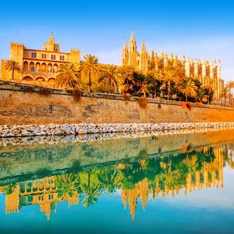 Palma de Mallorca met gebouwen gezien vanaf het water