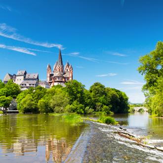 Uitzicht op het kathedraal en het kasteel van Limburg bij een rivier in Nederland