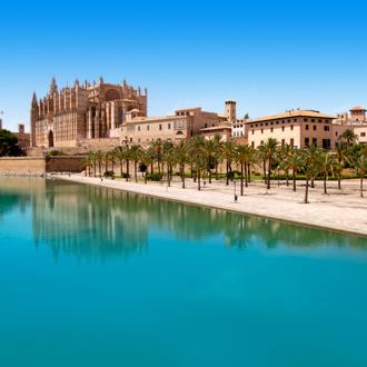 Kathedraal van Palma de Mallorca met blauwe lucht
