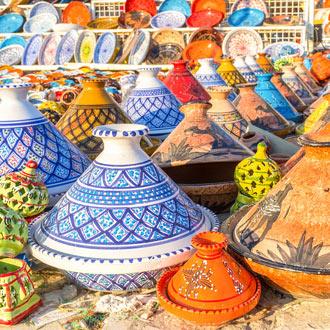 Schaaltjes van keramiek op de markt in Tunesië bij Port el Kantaoui