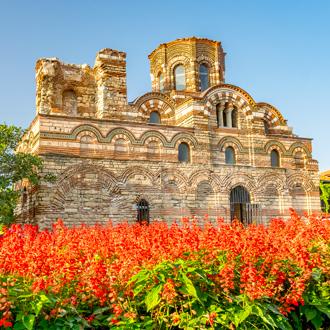 Een kerk in Nessebar met rode bloemen