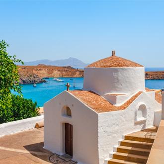 Kerkje voor de kust van Lindos Rhodos