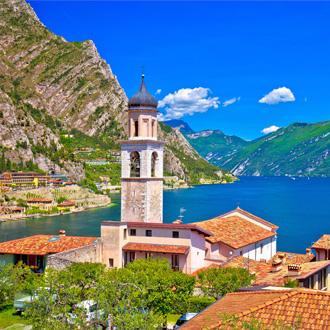 Kerkje met het Gardameer op de achtergrond in Limone sul Garda