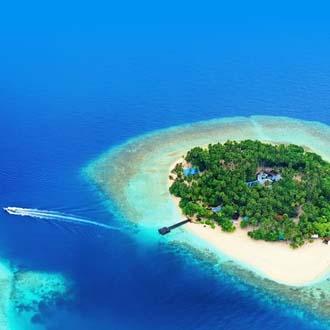 Klein tropisch eiland in de oceaan, op de Malediven