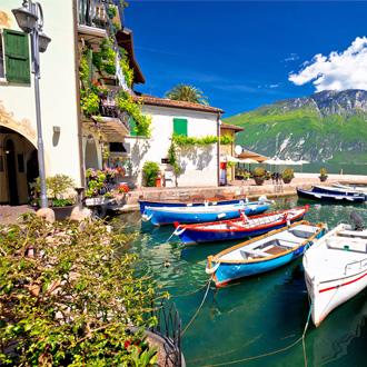 Kleurrijke bootjes in het water bij Limone sul Garda