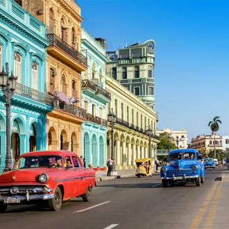 Kleurrijke gebouwen met oude Amerikaanse auto's in Havana, Cuba
