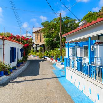 Kleurrijke huizen op straat in de stad Pythagorion