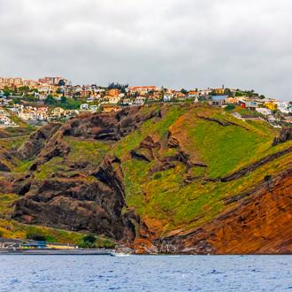 Klifkust van stad Canico op Madeira