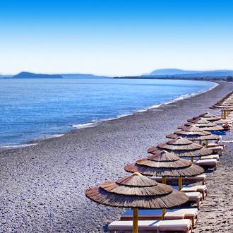 Strandbedjes en parasols op het strand van Kolymbari