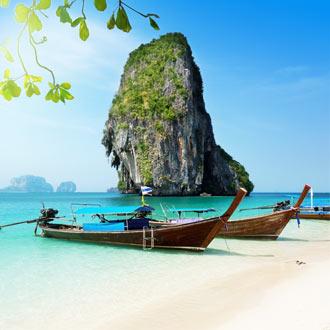 Het strand in Krabi met bootjes
