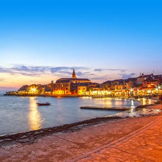 De stad Umag in Kroatië bekeken bij zonsondergang.