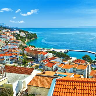 Uitzicht op huisjes met oranje daken in Brela, Kroatie