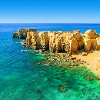 Kust met rotsen Albufeira, Portugal