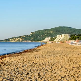 Het zandstrand aan de Zwarte Zee in Albena, Bulgarije