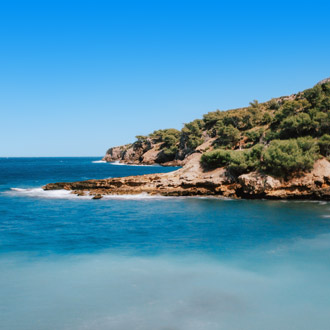 Kustlijn s'illot met zee en groene rotsen