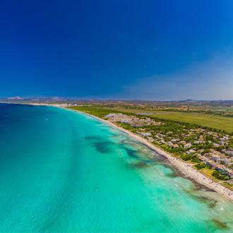 Kustlijn Playa de Muro met helderblauwe zee, Mallorca