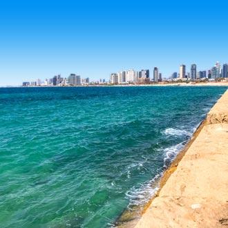 Kustlijn met helderblauwe zee in Tel Aviv