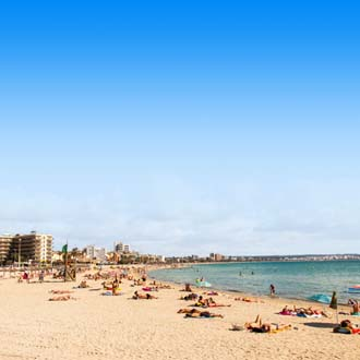 Kustlijn en zandstrand met zee in Playa de Palma